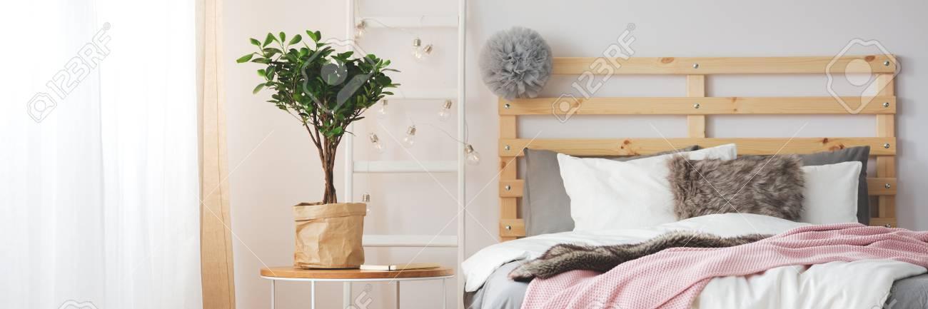 Bequemes Gemütliches Schlafzimmerbett Im Grauen Schlafzimmer Mit ...