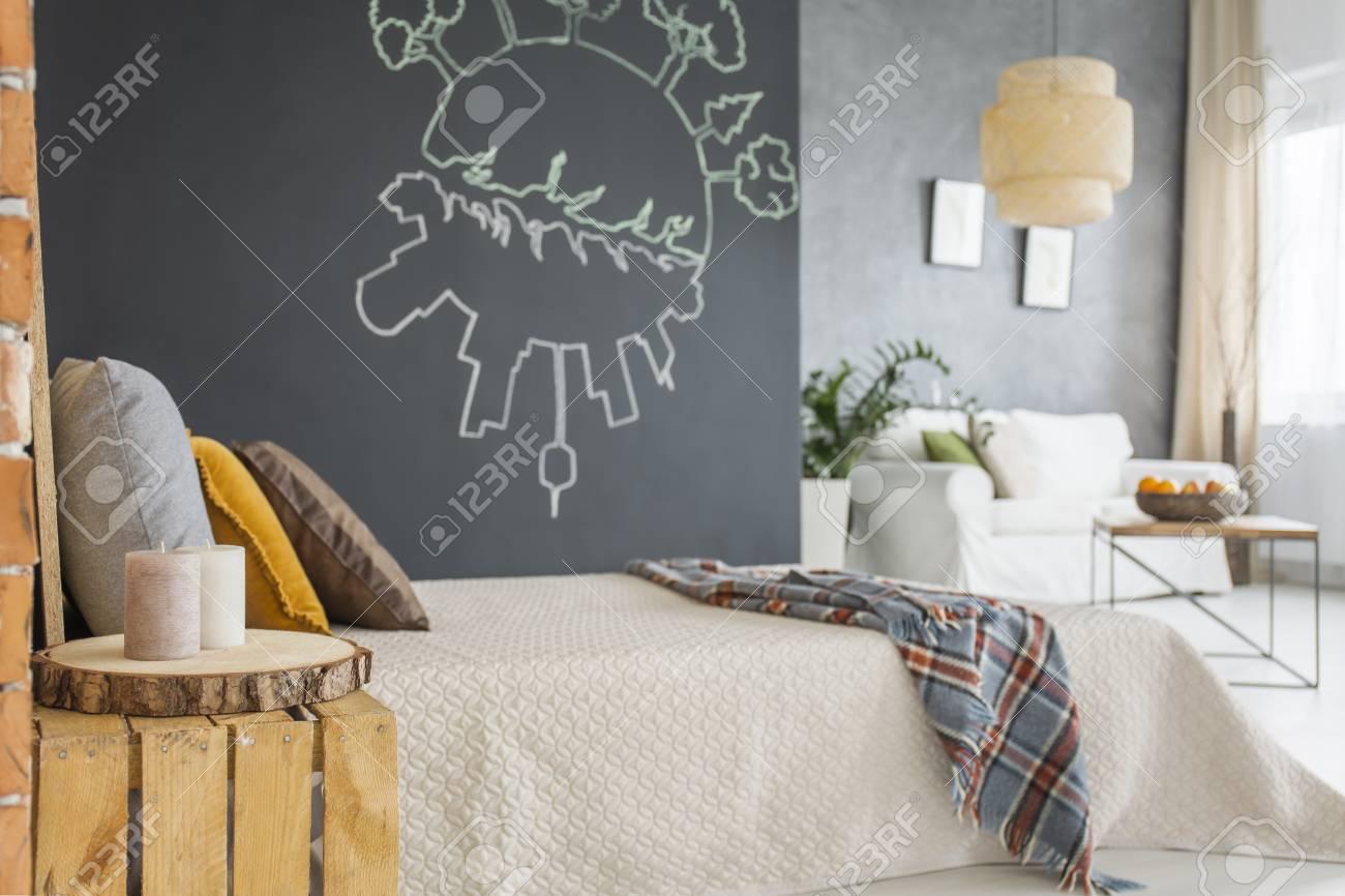 Hölzerne Dekoration Im Gemütlichen Schlafzimmer Mit Weißem Bett Und ...