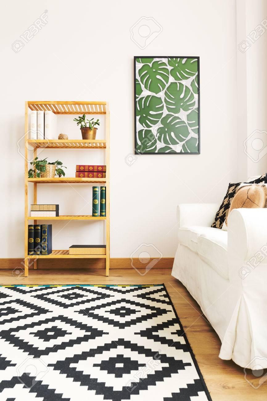 Außergewöhnlich Weißes Bücherregal Ideen Von Standard-bild - Weißes Wohnzimmer Mit Bücherregal, Couch