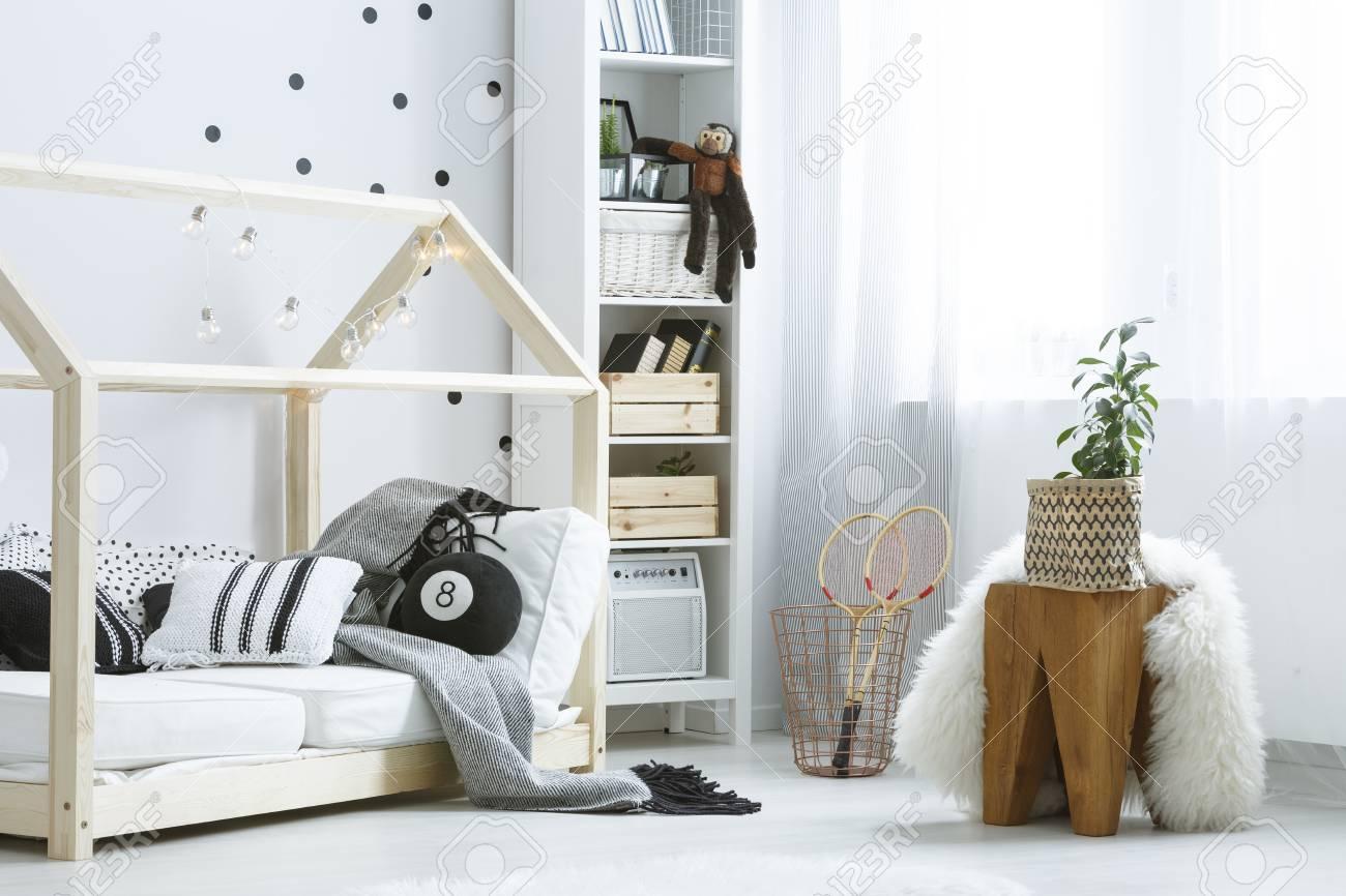 Cosas De Madera Para Bebes.Habitacion Blanca Y Acogedora Para Bebes Con Muebles De Madera Y Complementos En Negro
