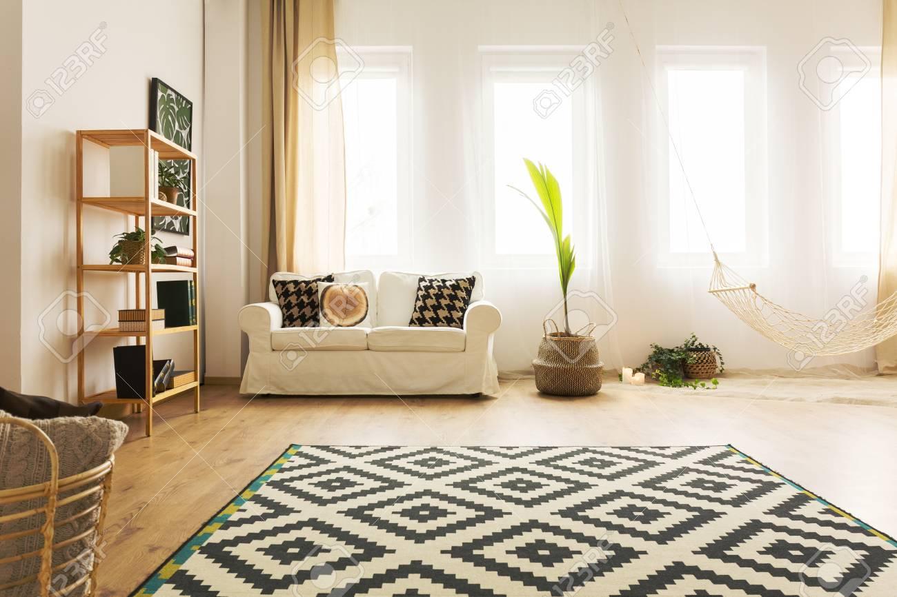 Moderne Warme Wohnlandschaft Mit Hängematte Sofa Teppich Und