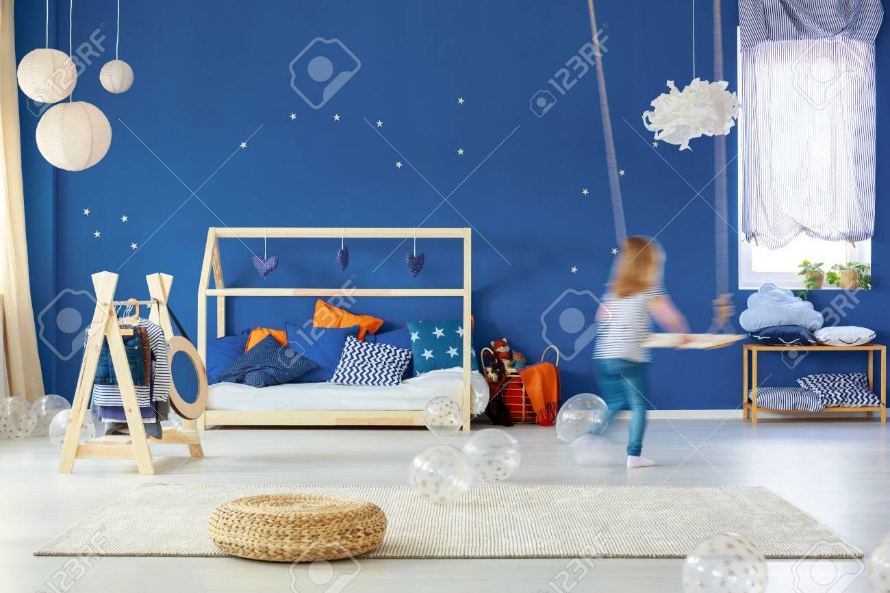 chambre denfant bleue avec balanoire lit en bois lampes pouf en