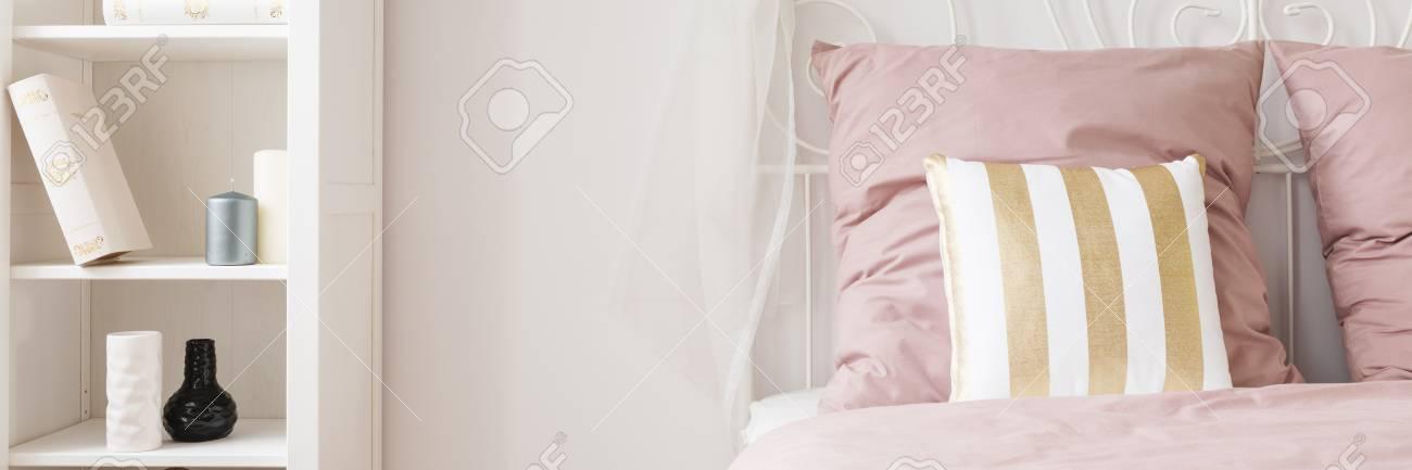 Stilvolles Weisses Und Rosa Schlafzimmer Mit Regal Und Bett
