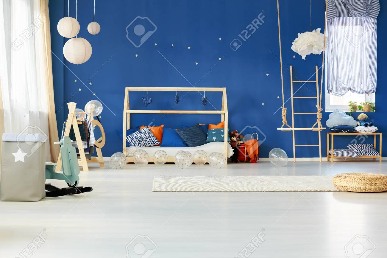 Chambre D\'enfant Rêveuse Avec Un Mur Bleu Et Un Lit De Maison Banque ...