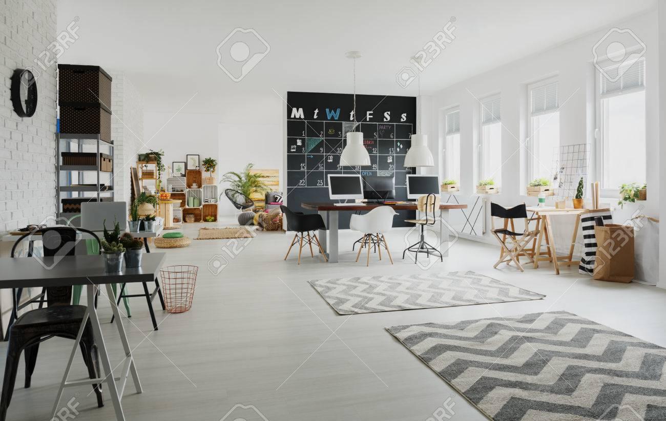 Espace de travail créatif noir et blanc avec des bureaux des