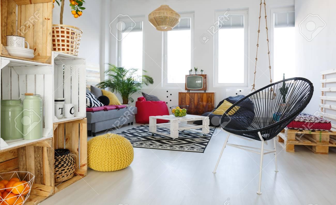 Wohnzimmer Mit Runder Stuhl Gelber Hocker Sofa Palettenmobel