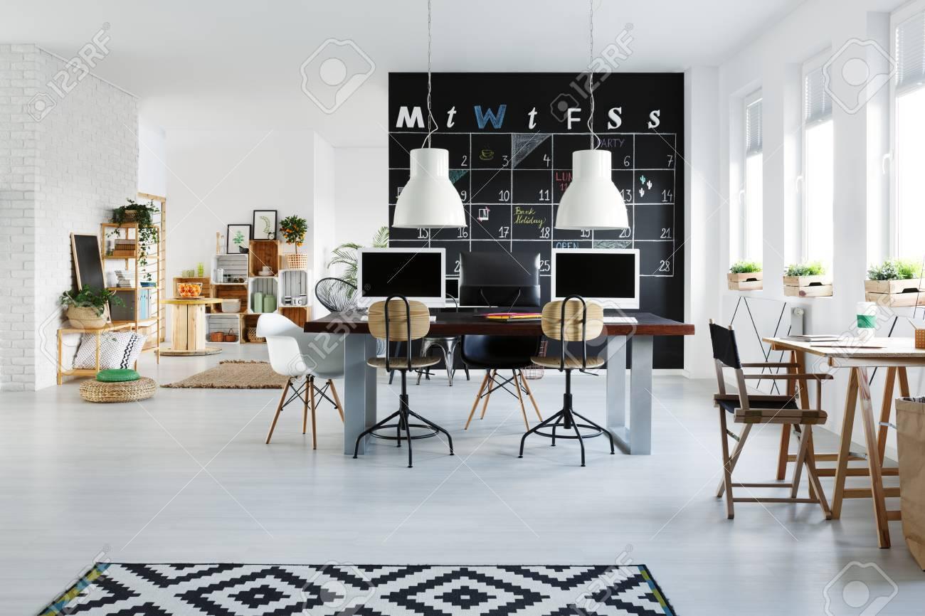 Intérieur de bureau blanc avec bureau ordinateur chaise et tapis