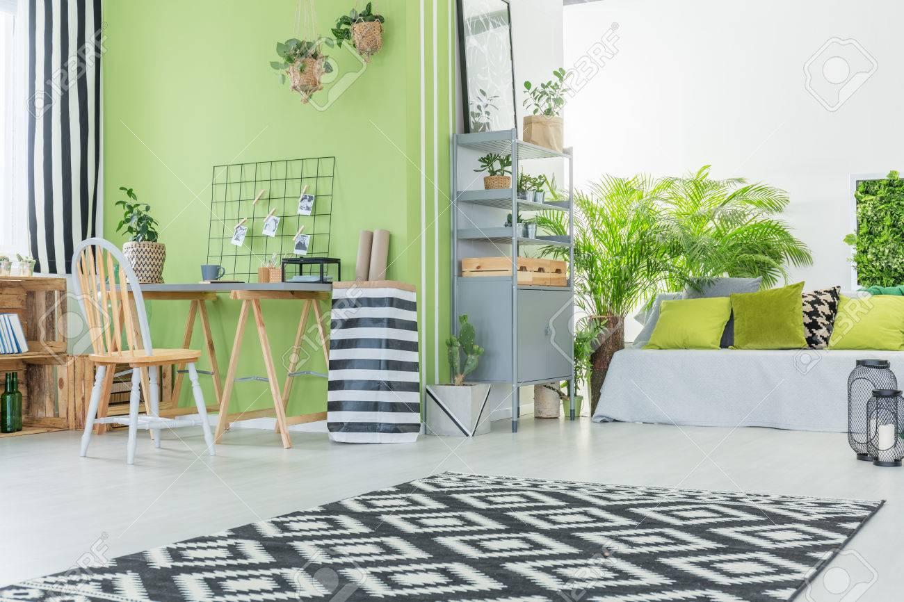 Modernes Und Komfortables Zimmer Mit Grüner Wand Standard Bild   79391363