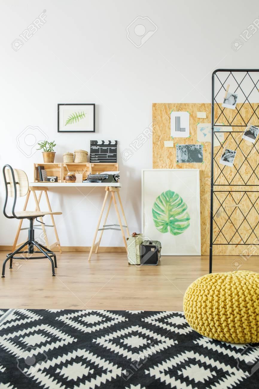 Decor De Chambre Moderne Avec Bureau Pouf Tapis Affiches Et Moodboard