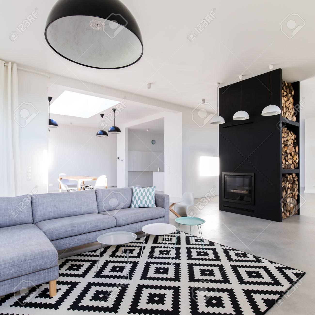 Gut Standard Bild   Stilvolles Grau Weißes Wohnzimmer Mit Gemütlichem Sofa,  Modernistischem Kamin Und Gemustertem Teppich