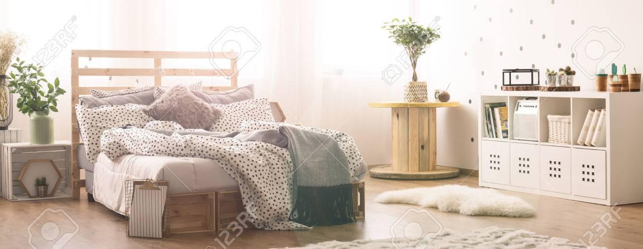 Chambre Moderne Lumineuse Avec Lit à Palette Désordonné Banque D