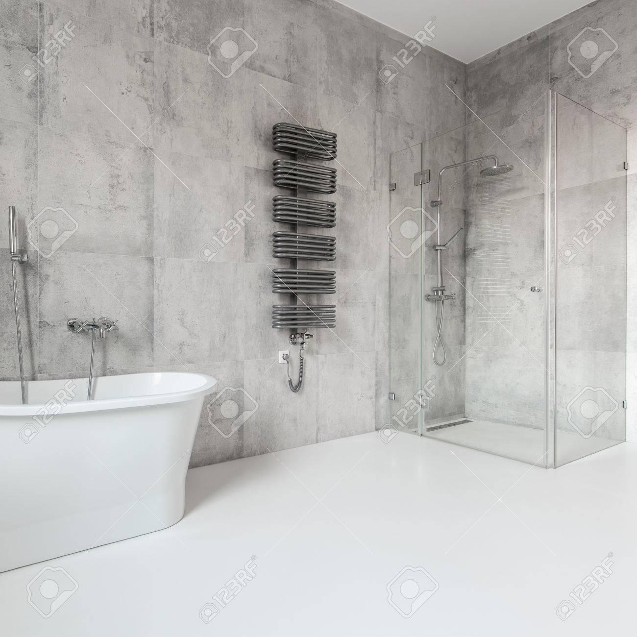 Grosses Und Modernes Badezimmer Im Modernen Haus Im Skandinavischen Stil Lizenzfreie Fotos Bilder Und Stock Fotografie Image 79458303