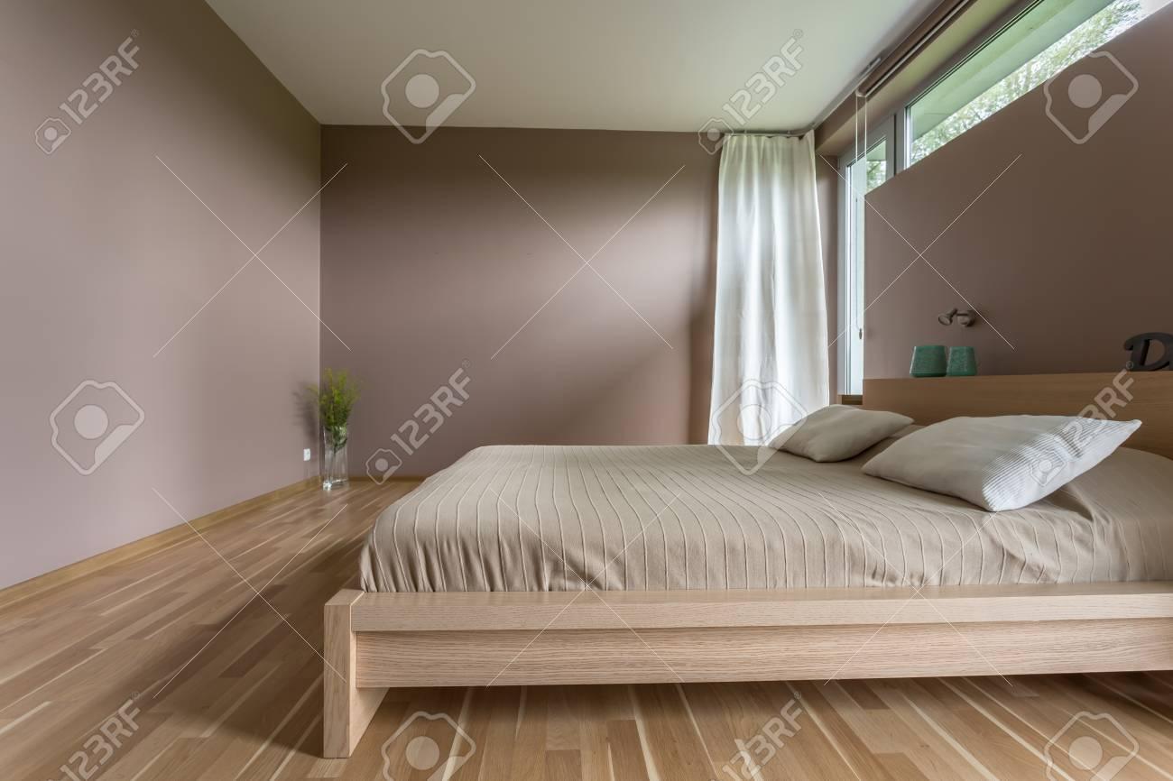 https://previews.123rf.com/images/bialasiewicz/bialasiewicz1706/bialasiewicz170600452/79814345-stijlvol-slaapkamer-interieur-met-gezellig-huwelijk-bed-met-kussens.jpg