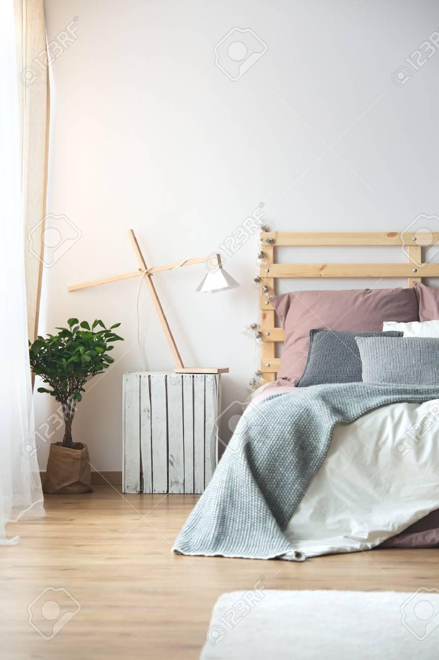 Décoration En Bois Dans Une Confortable Chambre Moderne Blanche Avec ...