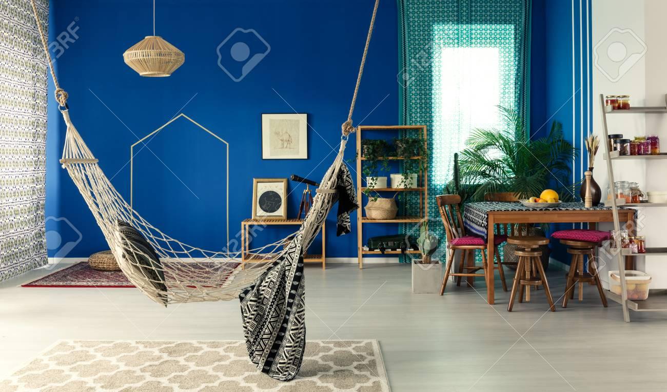 Appartement Boheme Avec Mur Bleu Hamac Tapis A Motifs Table A