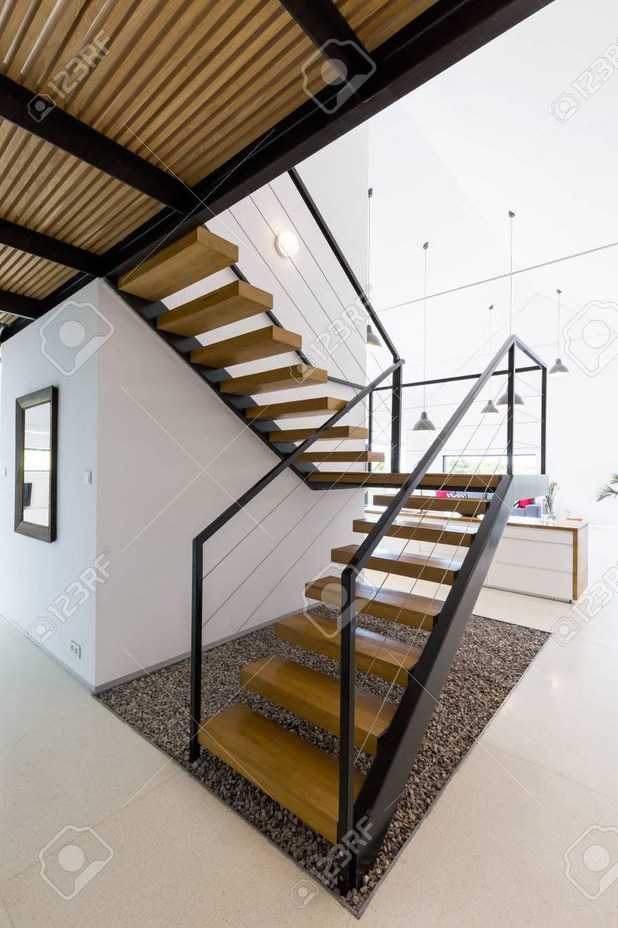 Escalier En Bois Moderne Dans Un Intérieur Minimaliste Blanc Avec ...