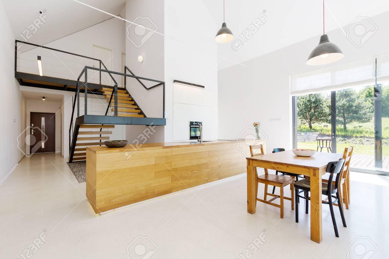 Mezzanine boden in minimalistisch geräumigen wohnung mit holz