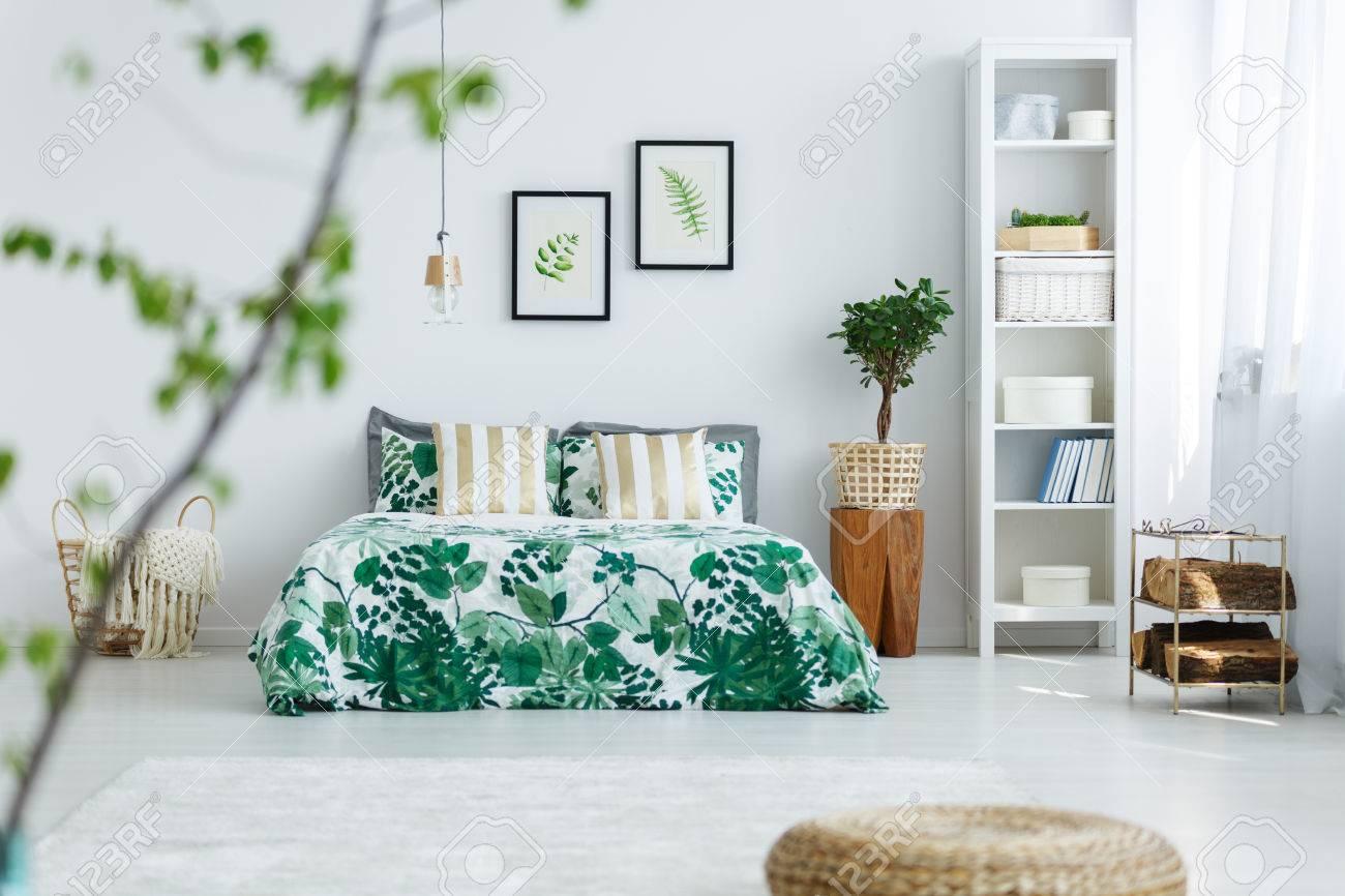 Attraktiv Weißes Bücherregal Dekoration Von Weißes Schlafzimmer Mit Bücherregal, Pflanze, Doppelbett Und