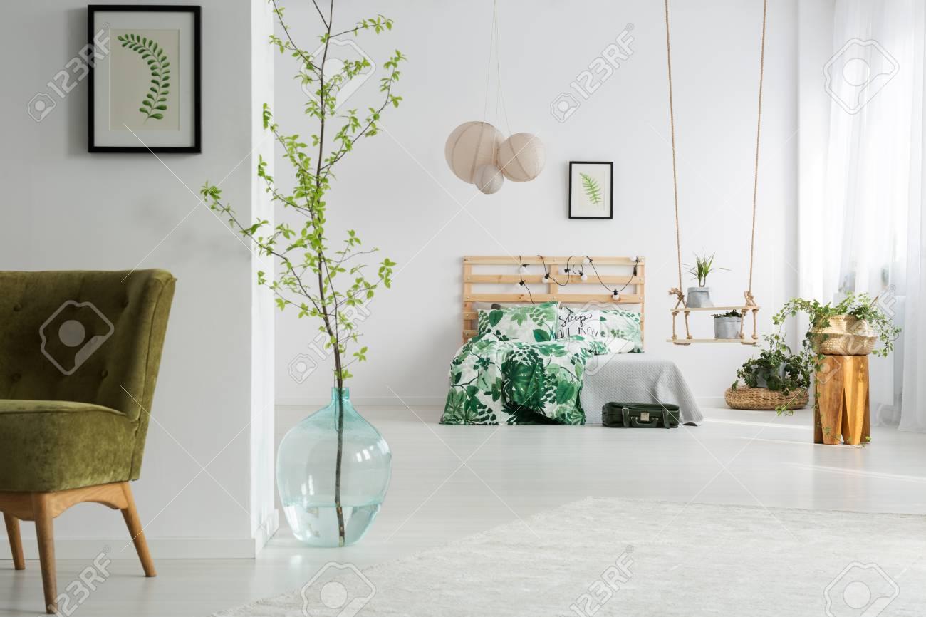 Chambre Verte Et Blanche Ouverte Avec Lit, Balançoire Et Fauteuil ...