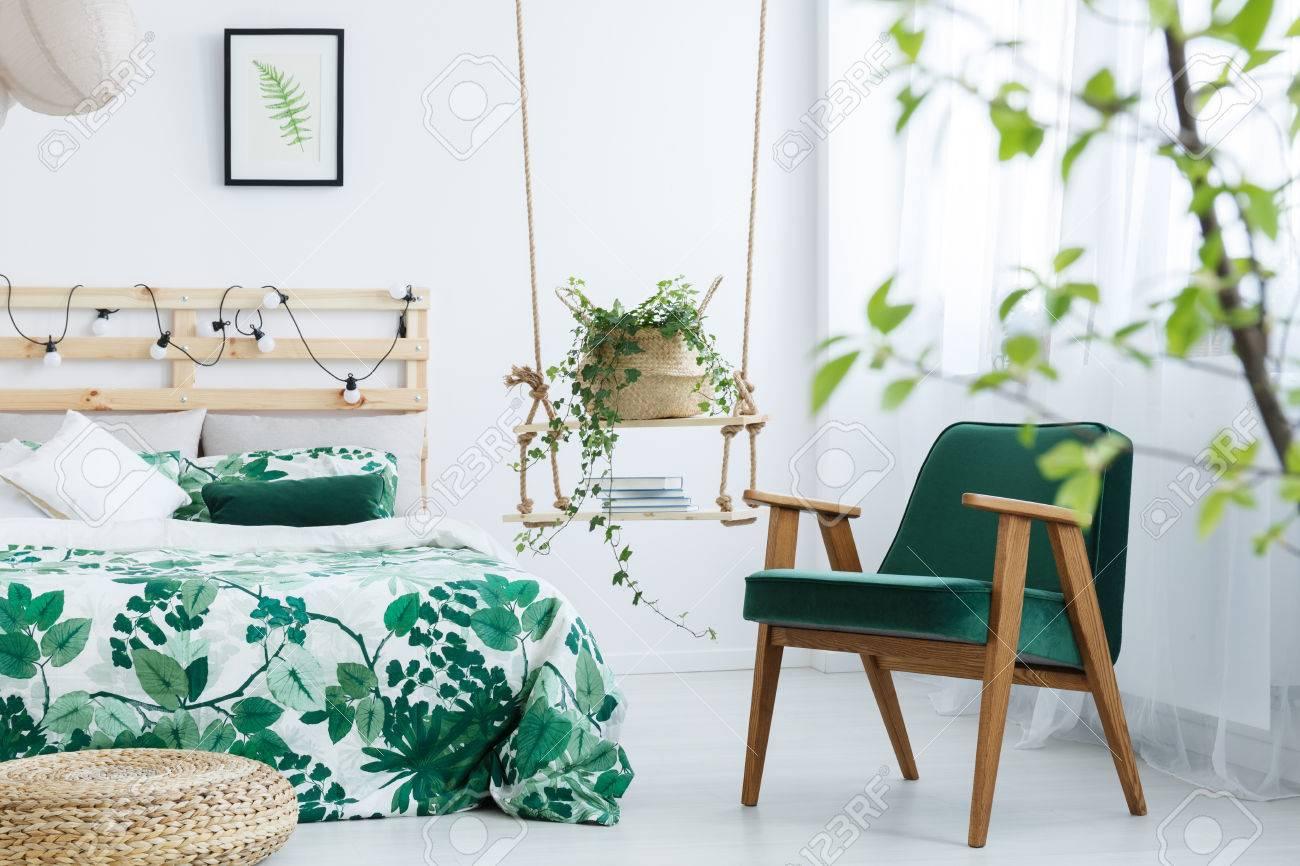 Weißes Schlafzimmer Mit Kohlgrünen Sessel, Hocker Und Doppelbett ...