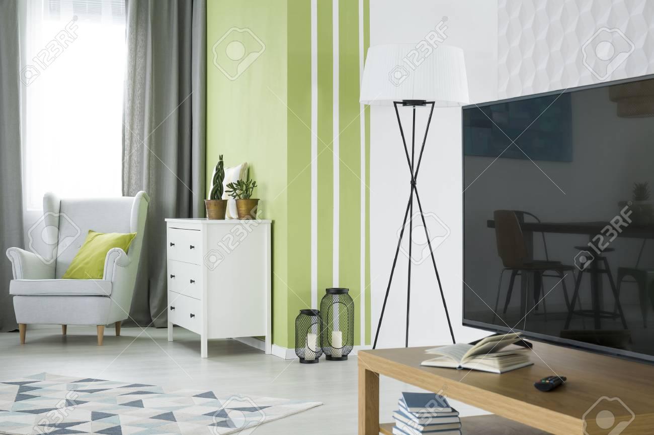 Grunes Und Weisses Wohnzimmer Mit Tv Kommode Und Sessel Lizenzfreie