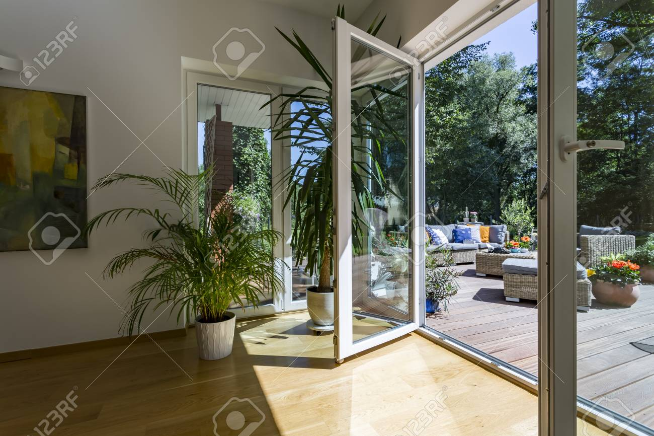 Porte De Chambre Avec Vitre chambre avec une grande porte vitrée sur une terrasse extérieure spacieuse