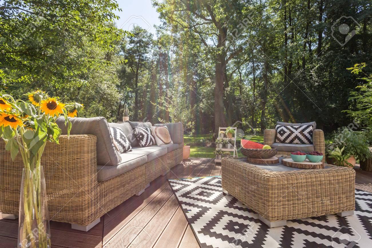 Acogedora Terraza Con Muebles De Ratán Rodeada De árboles