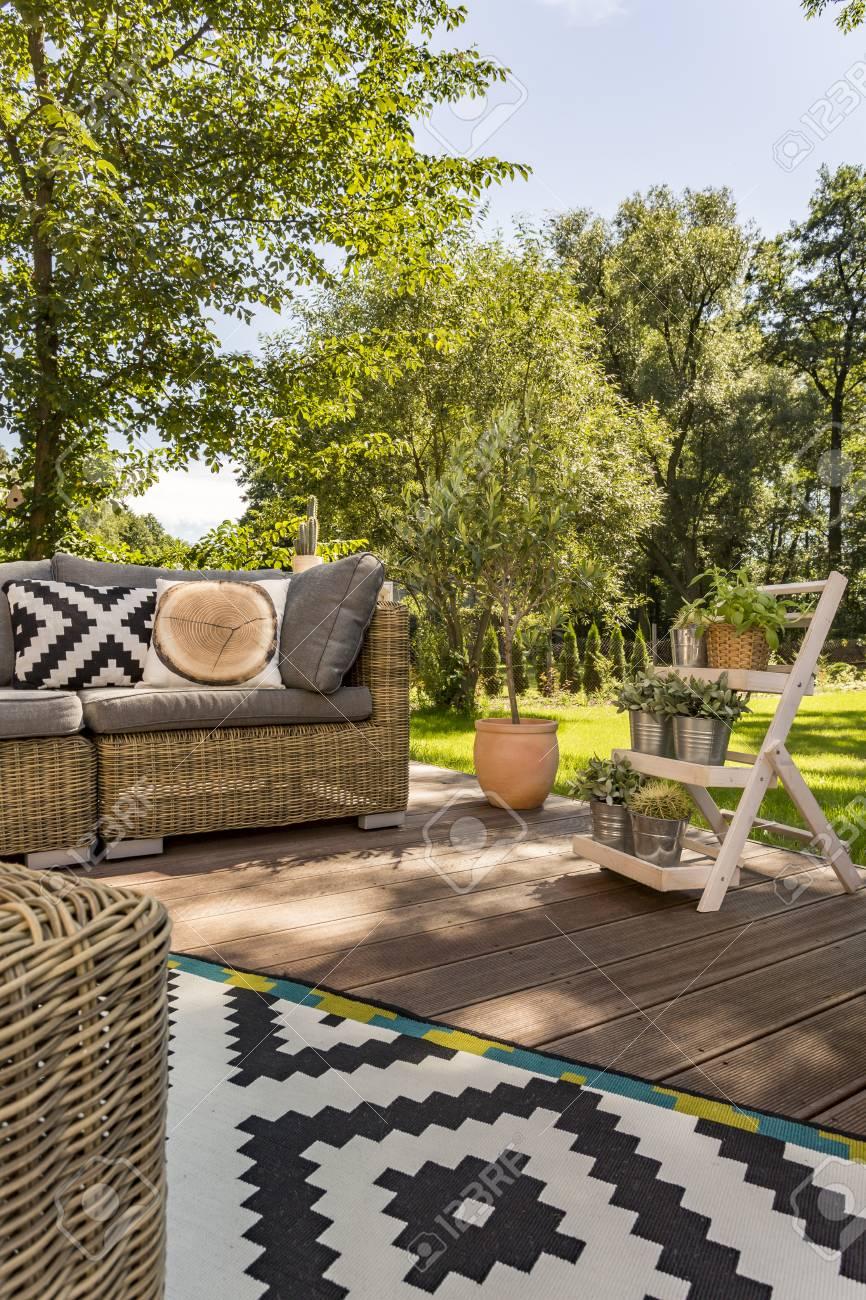 Terraza De Madera Con Muebles De Jardín En Verano