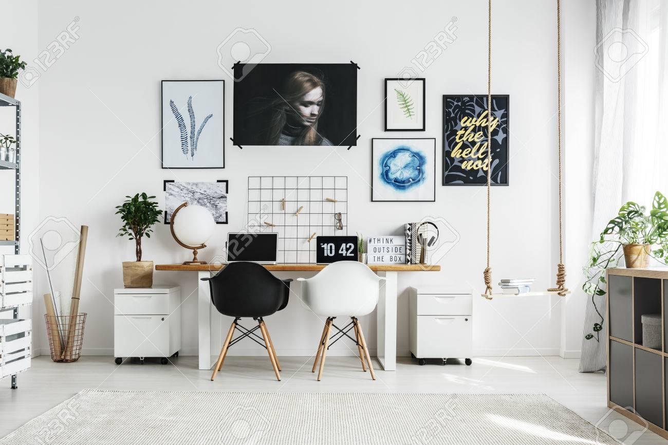 Bureau à la maison créatif avec double bureau et deux chaises