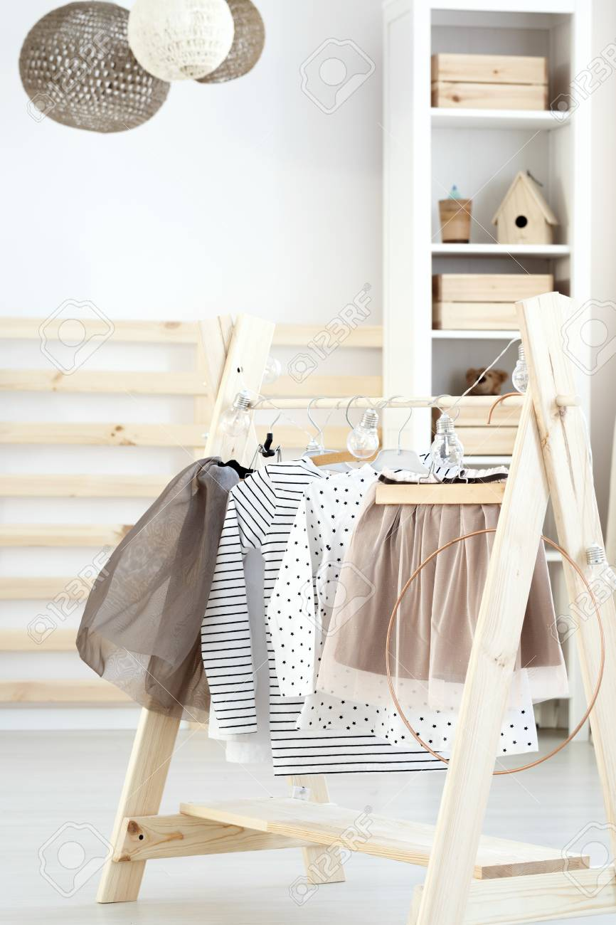 Chambre De Fille Naturelle De Bebe Avec Mur Blanc Et Meubles