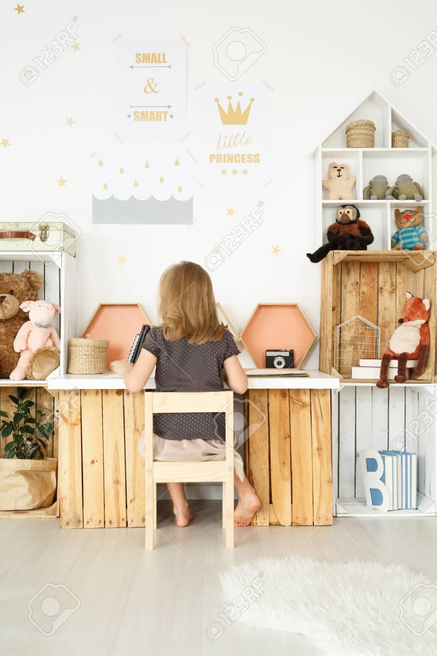 Bezaubernd Schreibtisch Diy Referenz Von Aus Holzkisten Im Skandinavischen Mädchenzimmer Standard-bild -