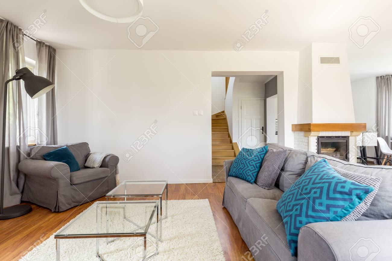 Salon spacieux et moderne avec cheminée et escalier