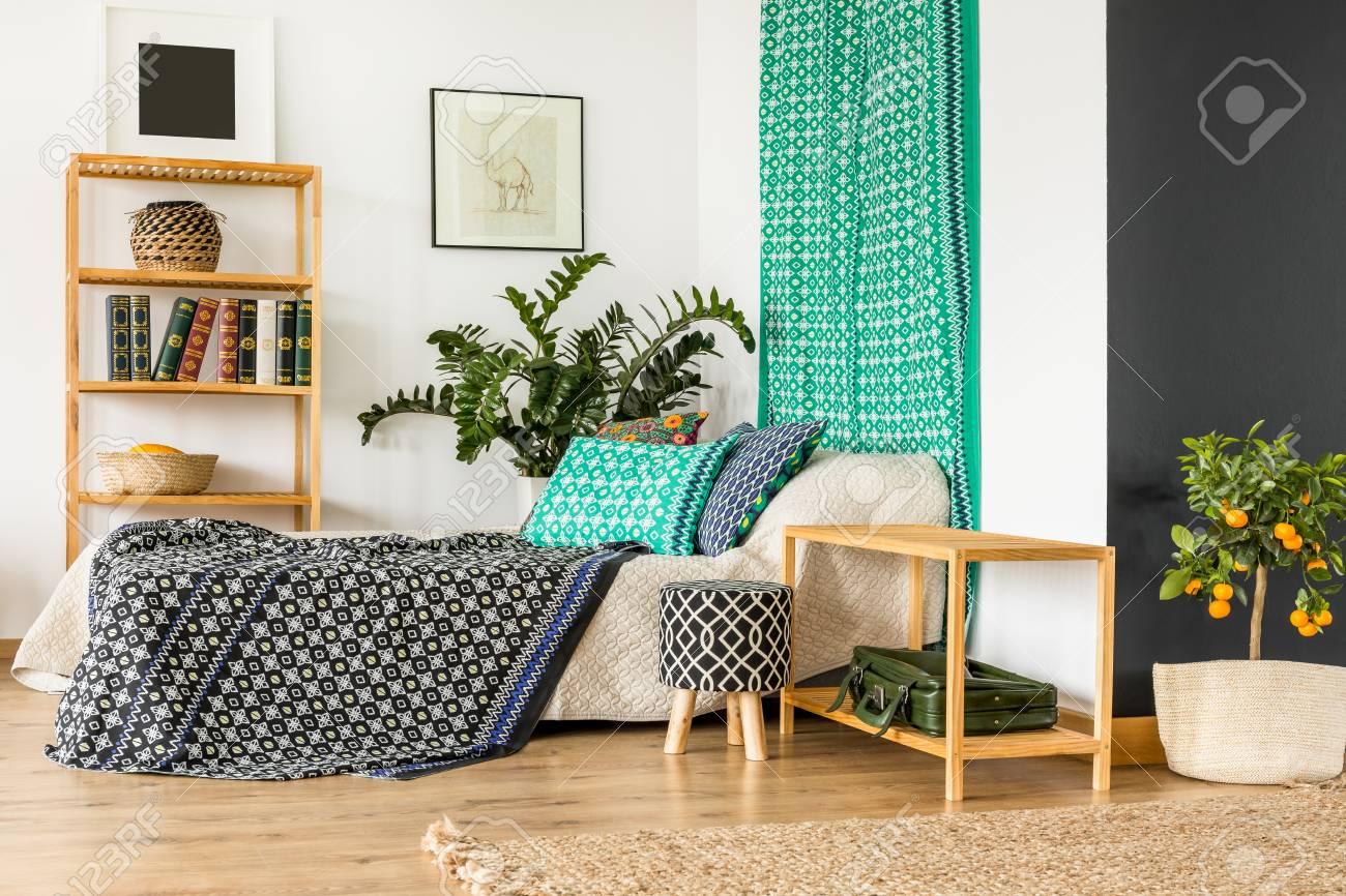 Design de chambre à coucher moderne avec motif oriental sur les draps