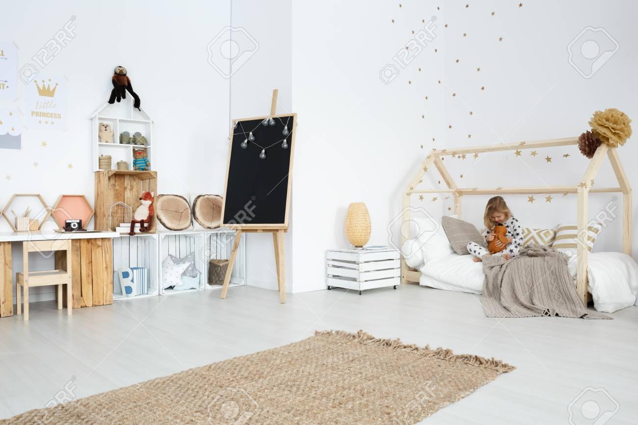 Chambre Spacieuse Fille Blanche Avec Des Jouets Et Des Meubles Faits ...