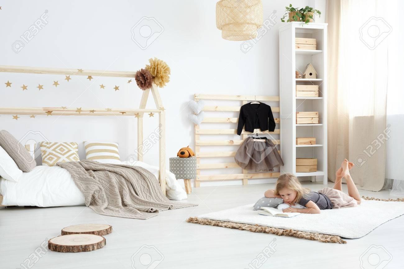 Fille Jouant Dans Une Chambre De Rêve Spacieuse Et Blanche En Style ...