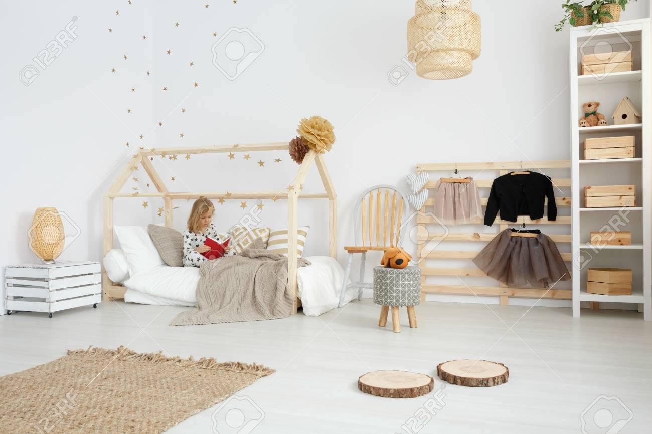 Chambre élégante De Fille Conçue Dans Le Style Scandinave Avec Des ...