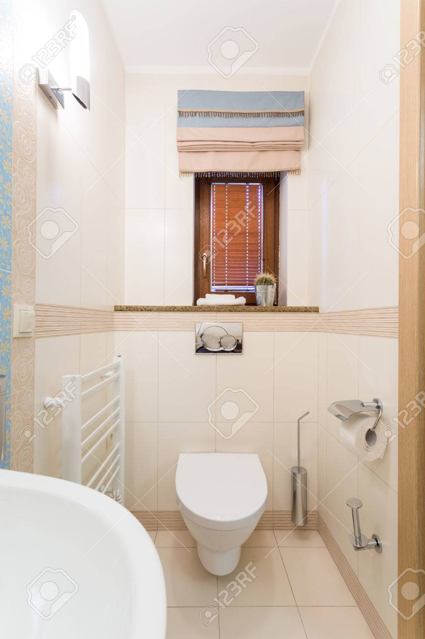 Petite Toilette Fonctionnelle Avec Lavabo Blanc Cuvette De Toilette