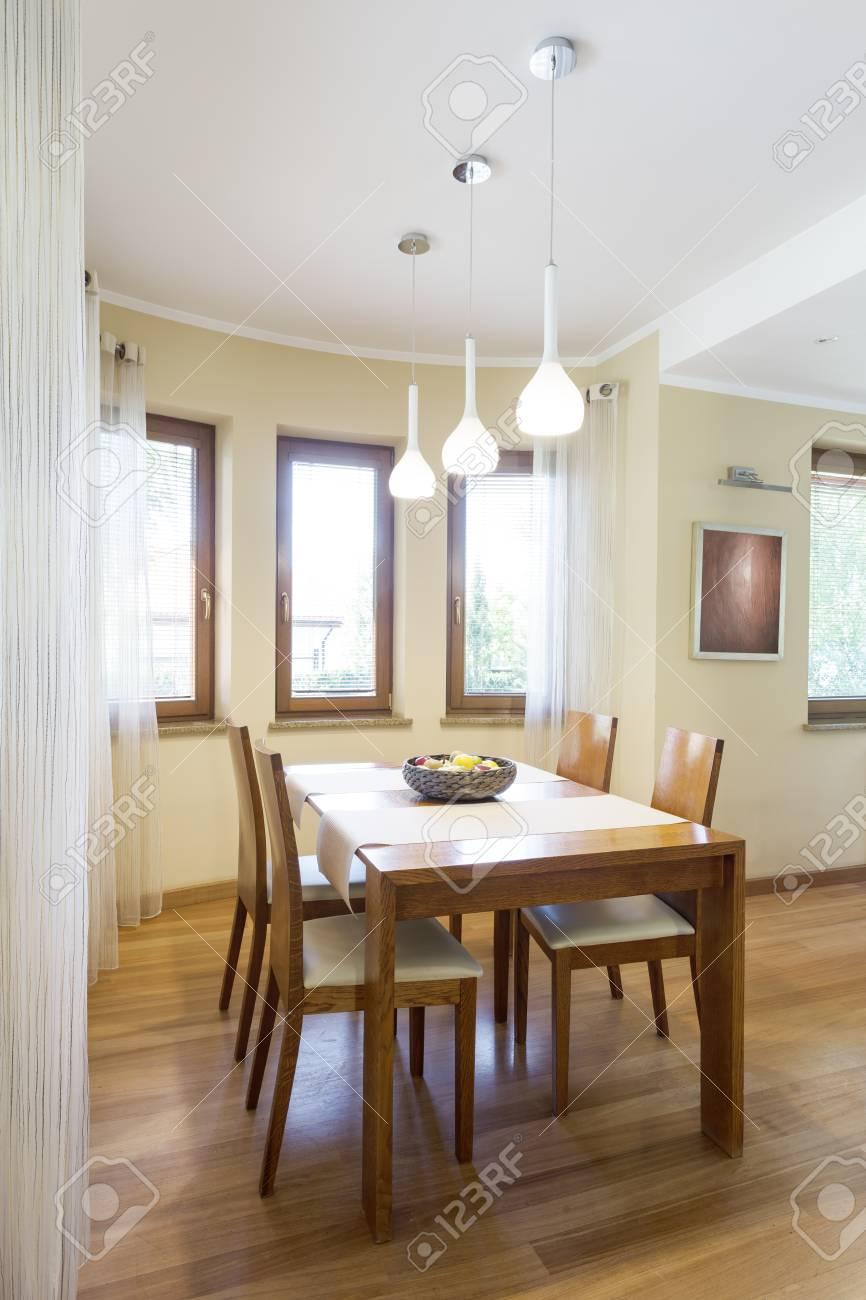 Comedor acogedor con mesa y sillas de madera clásicas en un interior  moderno y luminoso