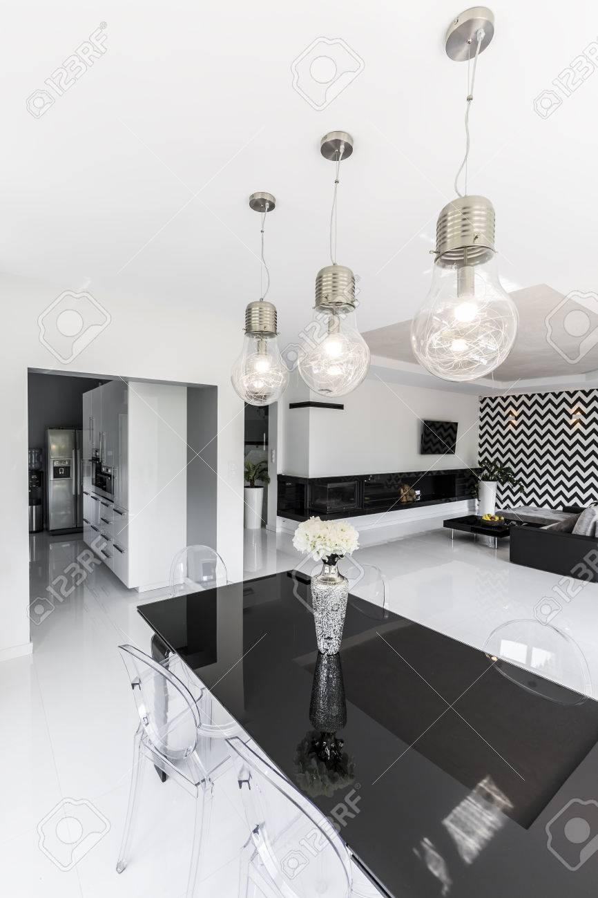Mesa Moderna Negra Con Sillas De Plástico Transparente Y Bombillas ...
