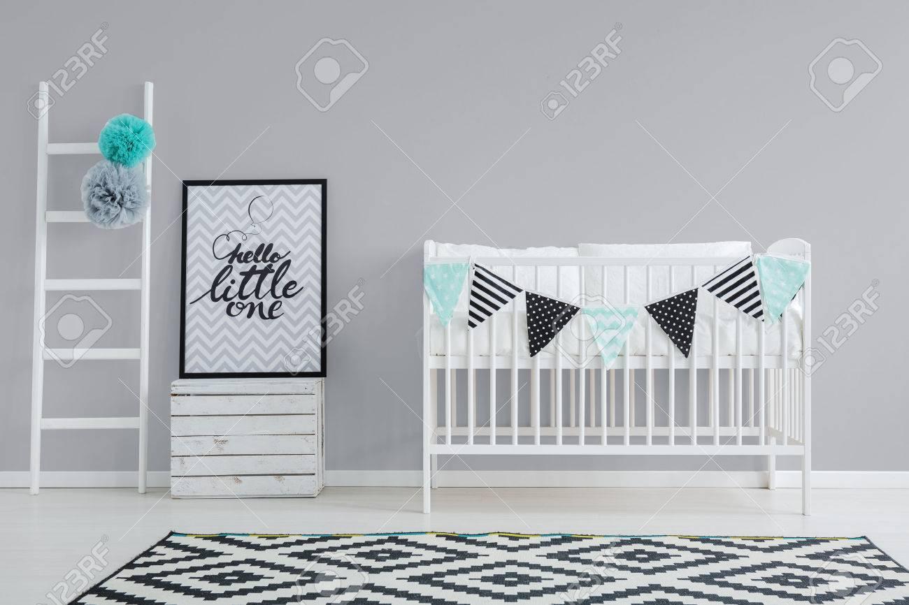 Graue Wand Und Weiße Möbel Im Babyzimmer Standard Bild   81514465