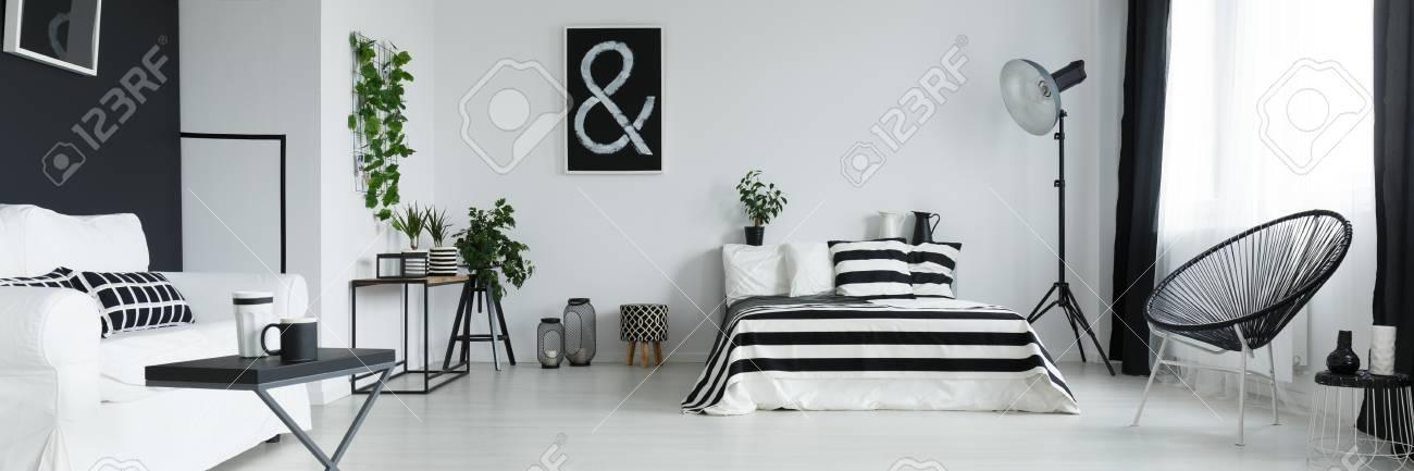 Schwarz Und Weiß Stilvolles Schlafzimmer Mit Poster An Der Wand  Standard Bild   81575829