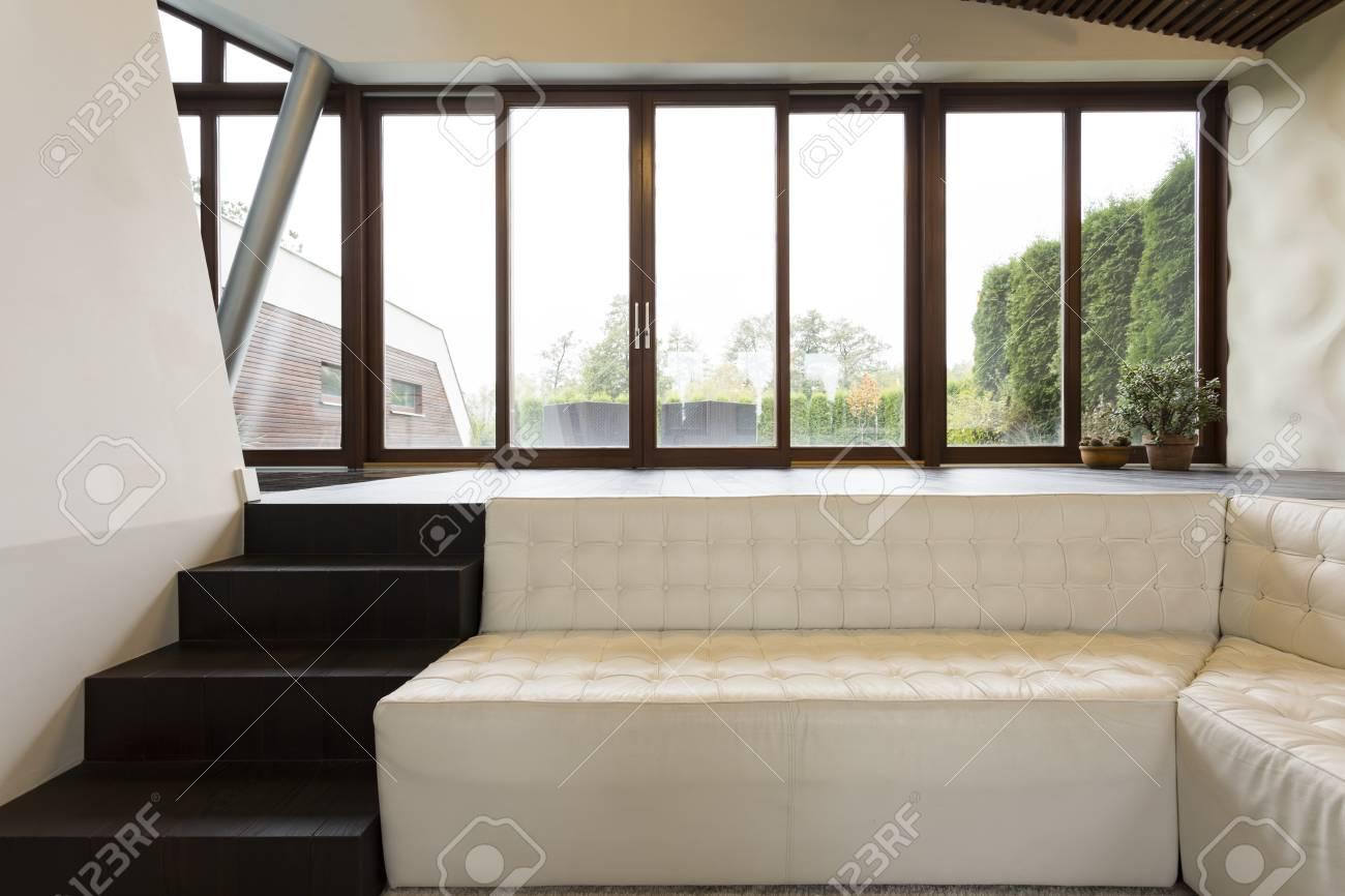 hölzerne kleine treppe zum sofa im holzboden im wohnzimmer gebaut