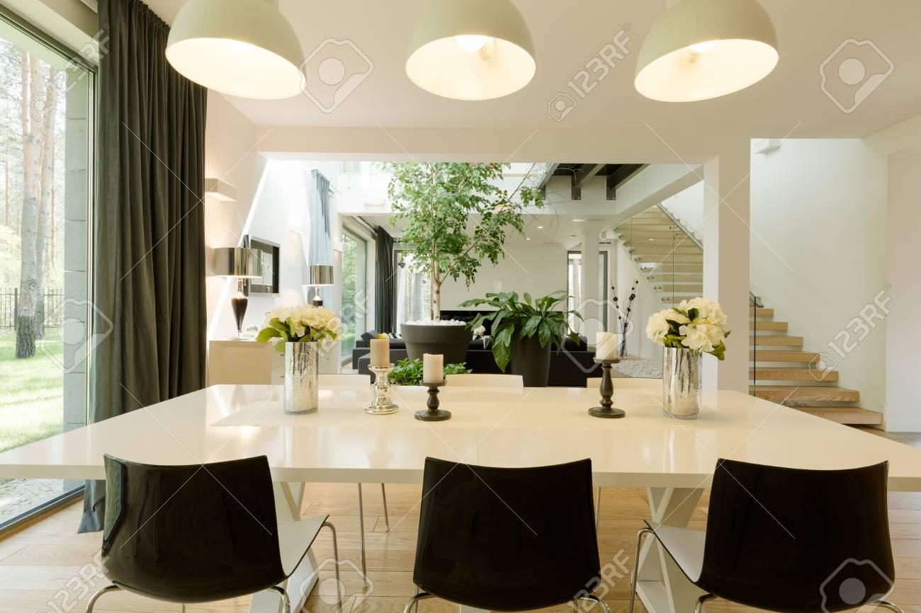 Salle A Manger Moderne Avec Une Grande Table Des Chaises Minimalistes Et Avec La Vue Sur Le Salon Et La Terrasse
