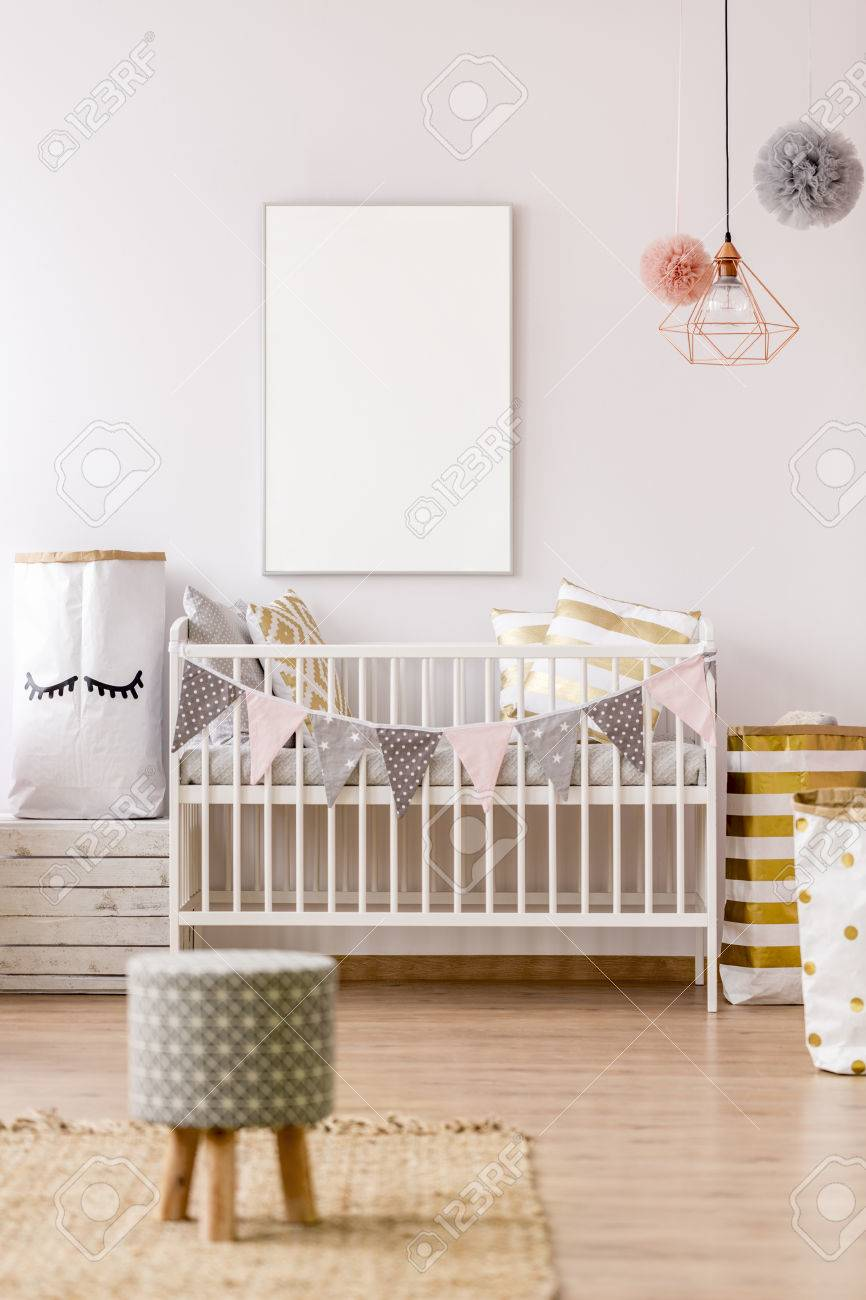 Maquette de cadre blanc dans un intérieur de chambre d\'enfant pastel
