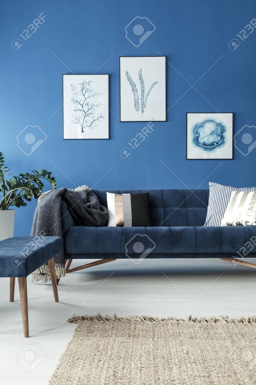 Verführerisch Retrosofa Sammlung Von Elegant Retro Sofa In Stylish Blue Room
