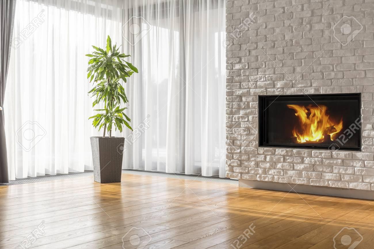 Espace Ouvert Moderne Avec Cheminee En Brique Blanche Et Plancher En