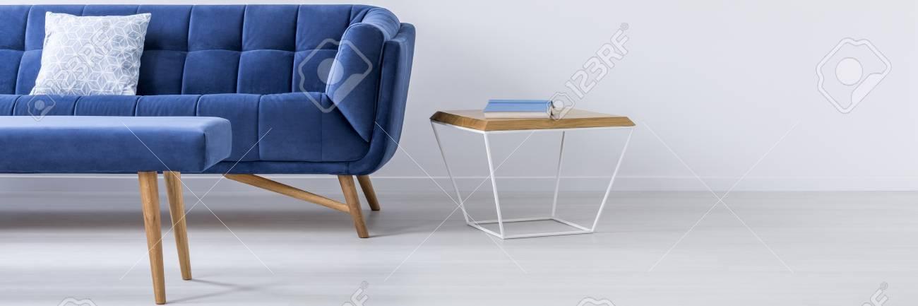 Blaues Sofa Und Kleiner Tisch Im Weißen Raum Lizenzfreie Fotos ...