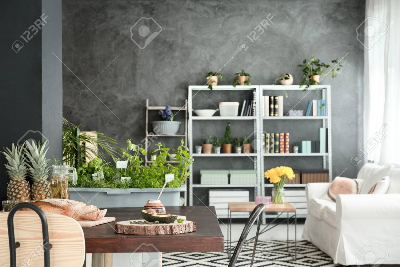 Arredamento moderno di ampio soppalco con cucina e soggiorno