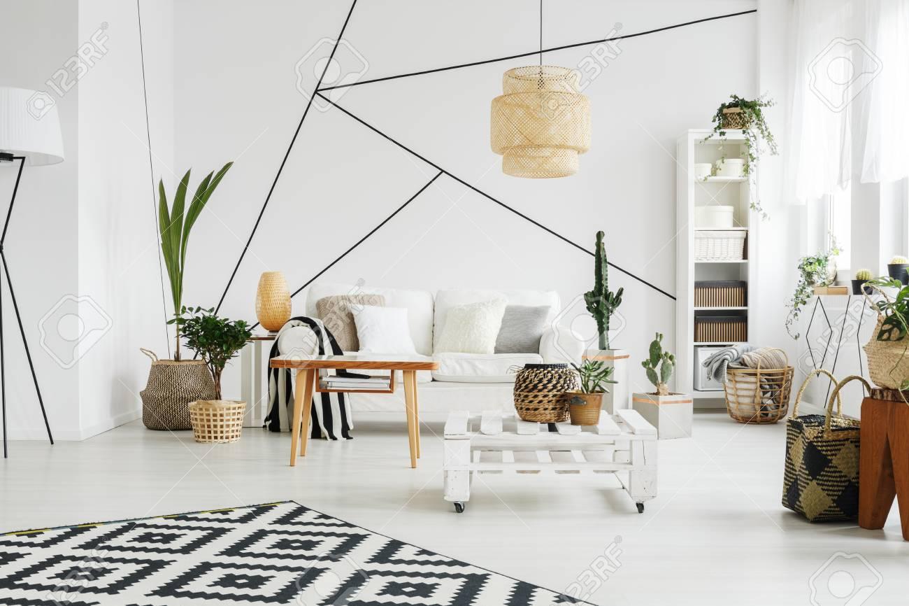 Gemütliches Komplett Eingerichtetes Wohnzimmer In Weißer Wohnung ...