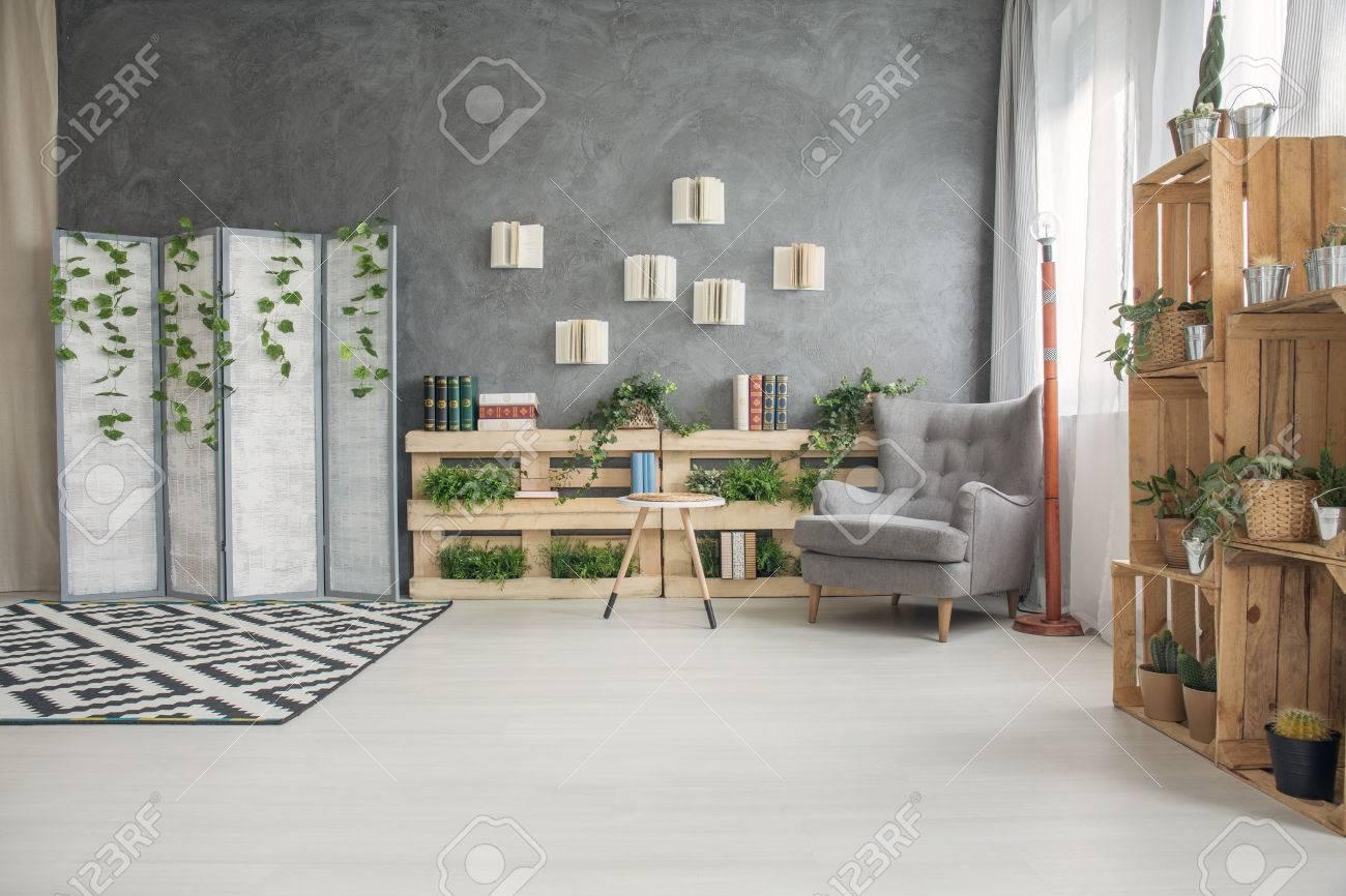 Légant Salon Contemporain élégant Avec étagères Créatives De Palette ...